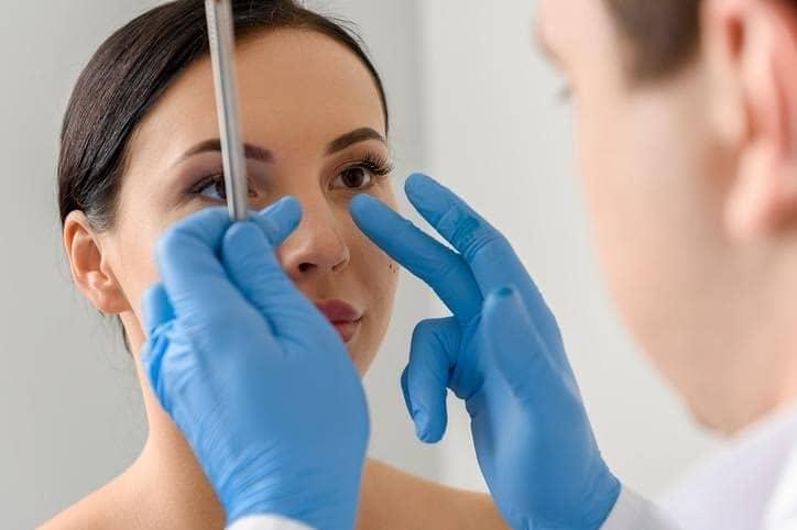 Rinoplastia a cirurgia cujo objetivo e realizar modificações na pirâmide nasal